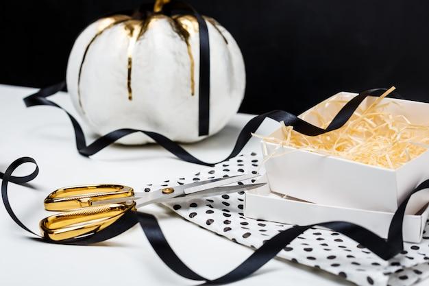 Хэллоуин декор на белом столе на черной поверхности