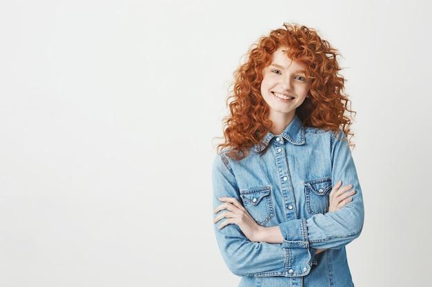 笑って笑っている巻き毛が飛んでかなり陽気な赤毛の女の子。