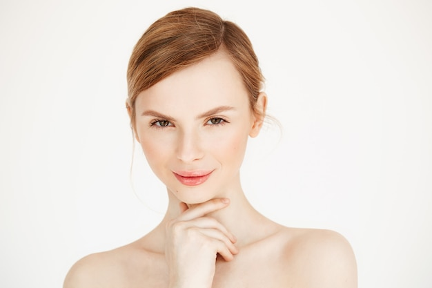 感動的な笑顔の裸美少女の肖像画。フェイシャルトリートメント。美容美容とスパ。