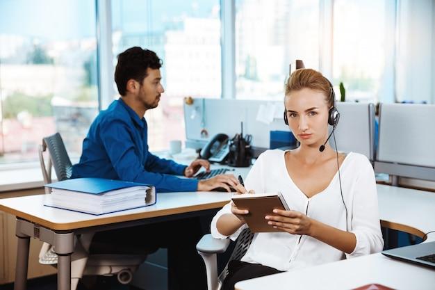 若い美しい女性サポート電話オペレーター話す、コンサルティング、オフィス