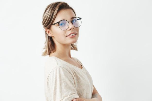 笑顔のメガネの美しい少女の肖像画。