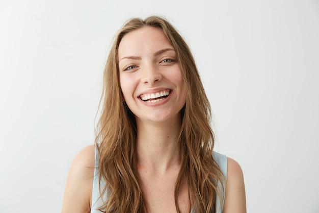 笑って笑って美しい誠実な幸せな女の子。