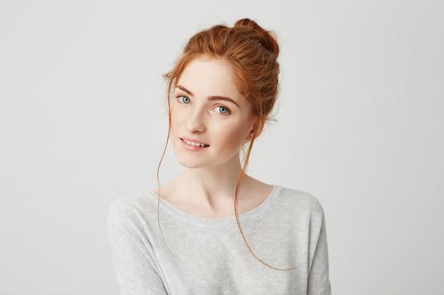 ポーズを笑って美しい優しい赤毛の女の子の肖像画。