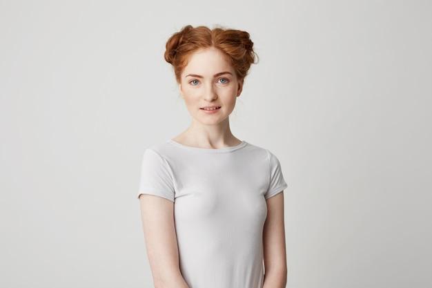 笑顔のパンとかわいい赤毛の少女の肖像画。