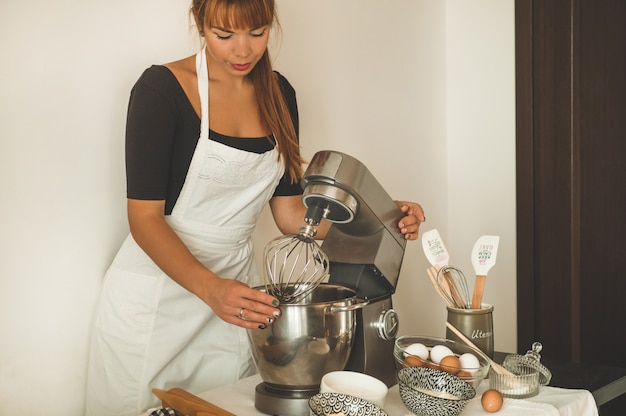 Кондитер девушка готовит торт