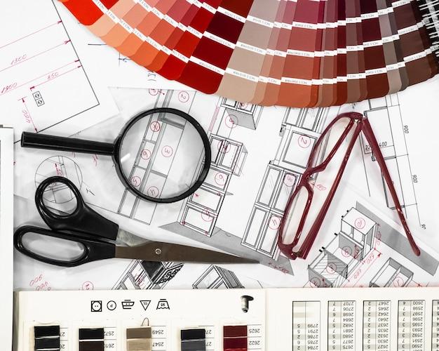 Архитектурный проект интерьера с образцами бумаги и разноцветной палитрой и инструментами для рисования