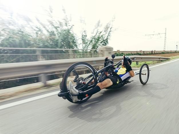動きの効果を持つ自転車を手に無効にした男