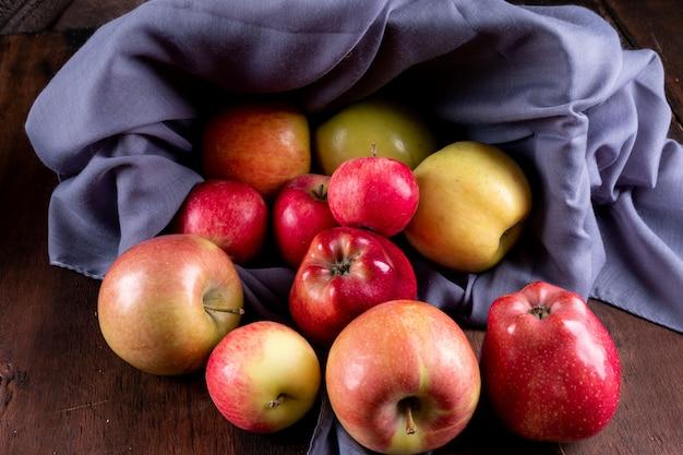 Вид сбоку яблоки в корзине