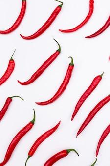 白い垂直のトップビュー赤唐辛子パターン