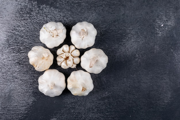 暗いテーブルの上に花の形を形成する平干しニンニク