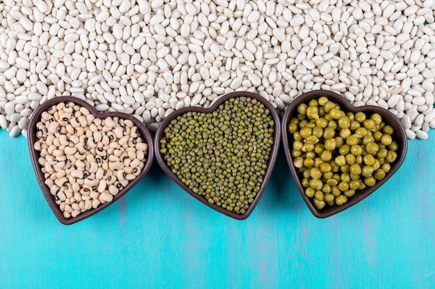 白豆とハート型のボウルのエンドウ豆