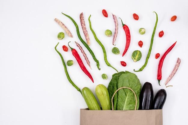 Различные овощи возле бумажного пакета