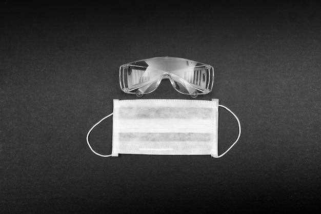 Вид сверху медицинская маска и очки. горизонтальный
