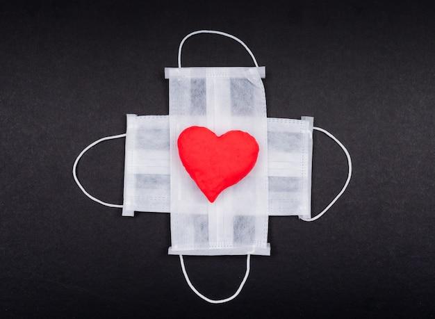 Вид сверху медицинские маски с сердцем. горизонтальный