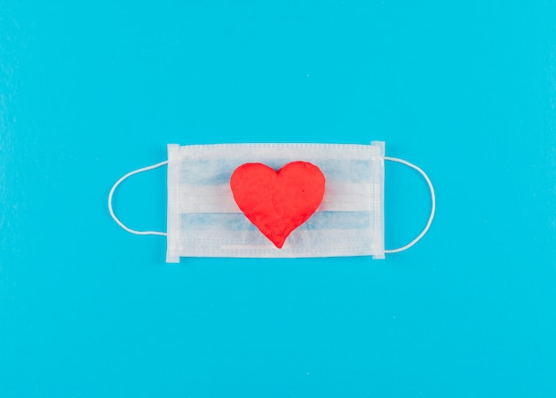 Вид сверху сердце на медицинской маске. горизонтальный