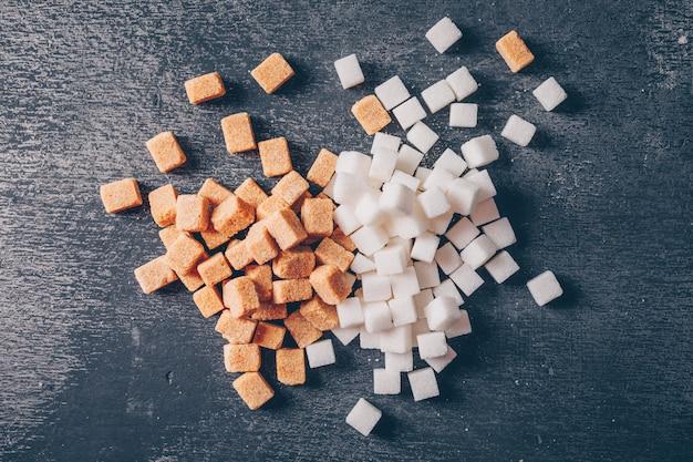 白と茶色の砂糖フラットレイ