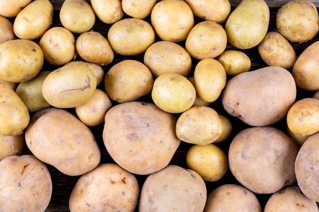 背景としてジャガイモのクローズアップ。上面図。