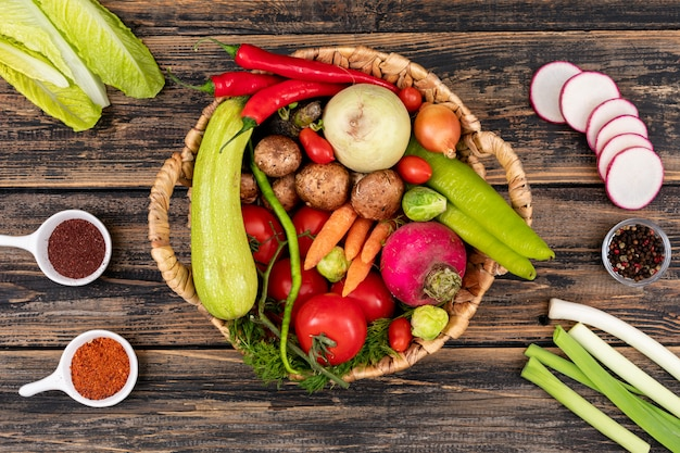 Овощи для салата красный перец чили лук укроп томат черри капуста гриб в корзине