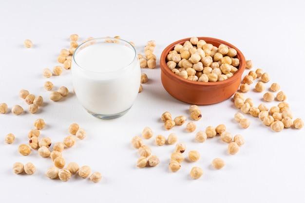 Высокий угол обзора очищен фундука со стаканом молока