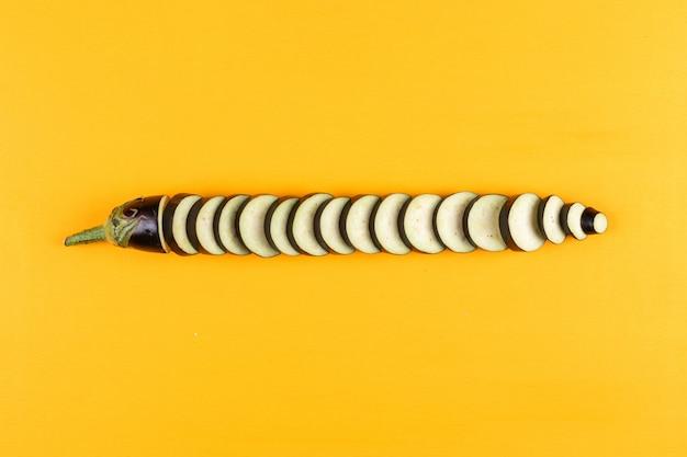 黄色の刻んだナスのトップビュー