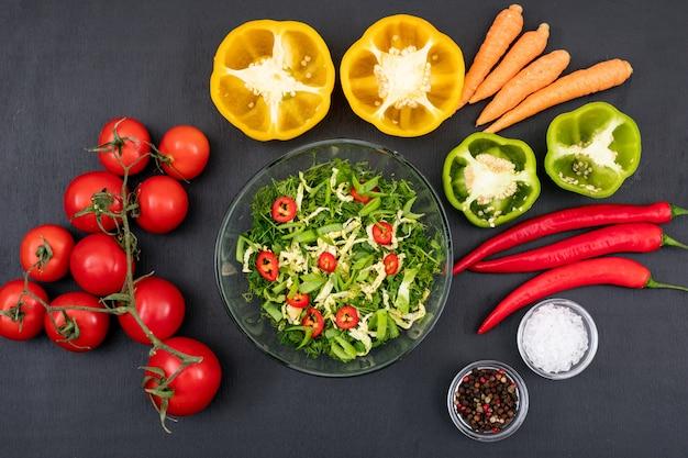 Здоровая пища зеленый салат с красным перцем чили томатный желтый сладкий перец в стеклянной миске