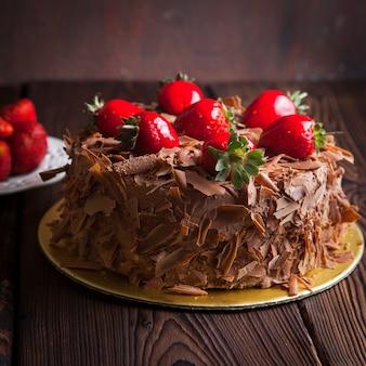 木製のテーブルにイチゴのフルーツケーキ