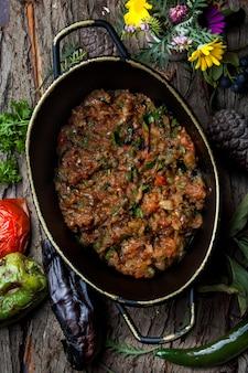 トマト、パセリ、垂直の鍋にバジルと上面ナスキャビア