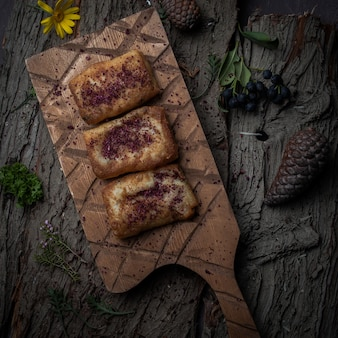 木の樹皮の木製のスタンドに自家製の肉とトップビューパンケーキ