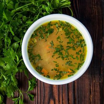 白い皿に野菜とパセリの上面スープ