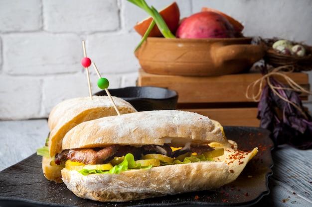 クローズアップクラブサンドイッチとジャガイモのチーズ添えプレート