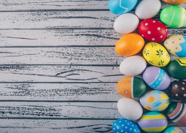 Пасхальные яйца на светлом фоне деревянные.