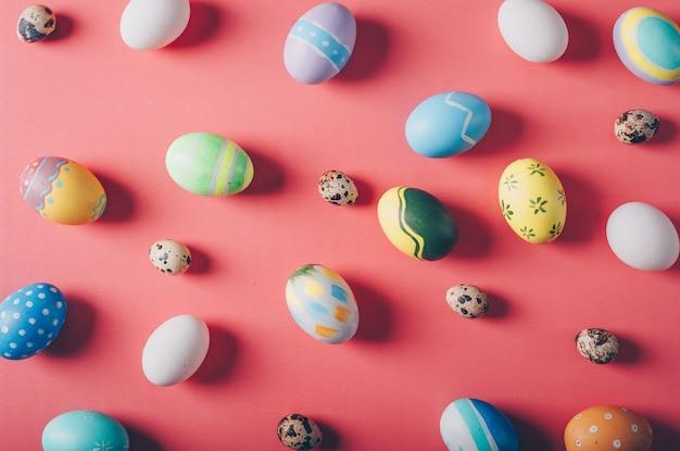 Вид сверху пасхальные яйца на красном фоне