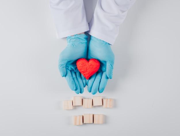 木製の要素を持つ男性の手の心