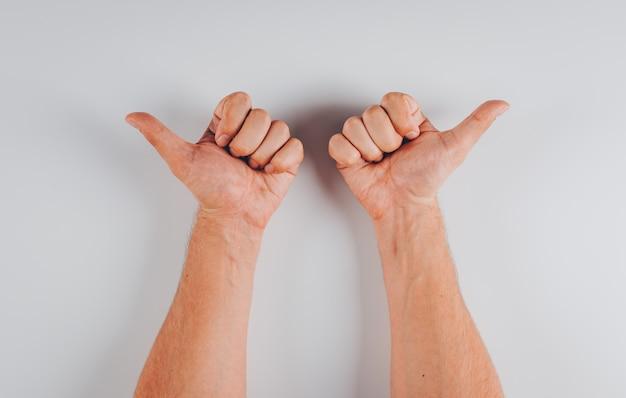 白の手トップビューで反対方向を指している男
