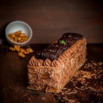 チョコレートチップとクルミのチョコレートクリームケーキ