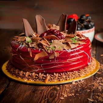 Фруктовый торт с шоколадной крошкой и черникой