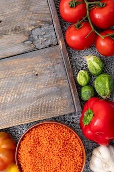 芽キャベツ、トマト、ニンニク、コショウ、赤レンズ豆とまな板