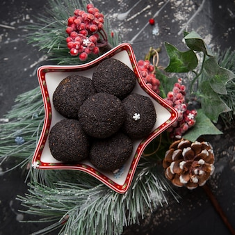 トップビューの松ぼっくりとトウヒの葉のチョコレートチップクッキー