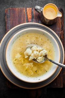 プレートに酢とトップビュー生地スープ