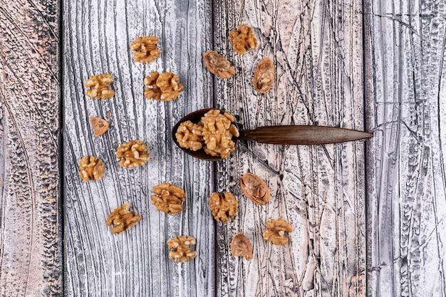 トップビュークルミと木製の水平に木のスプーン