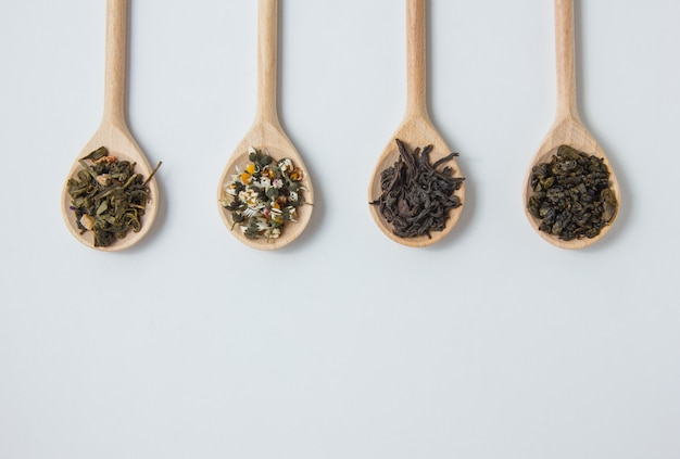Вид сверху сухой ромашки в ложке с чаем травы.
