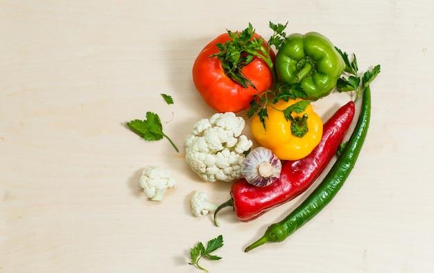 唐辛子、カリフラワー、緑、唐辛子とトマトの平面図です。横型