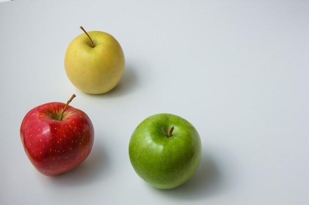 テキストの白い背景のスペースのりんごトップビュー