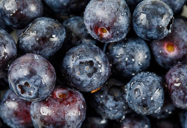 熟した甘いブルーベリーを水滴します。閉じる。