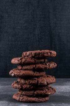 Шоколадное печенье на темном столе
