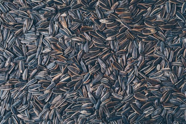 トップビューの黒いヒマワリの種。横型