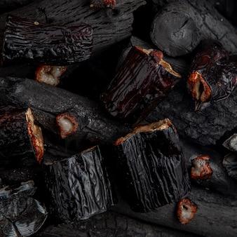 Приготовленные на гриле баклажаны на углях.