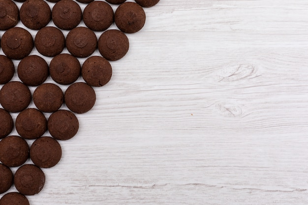 Вид сверху шоколадное печенье на темной поверхности