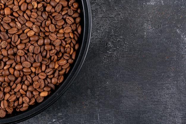 暗い表面に黒いパンでトップビューコーヒー豆