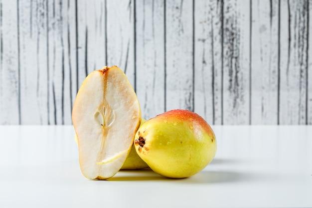 梨と半分の木と白の背景に。